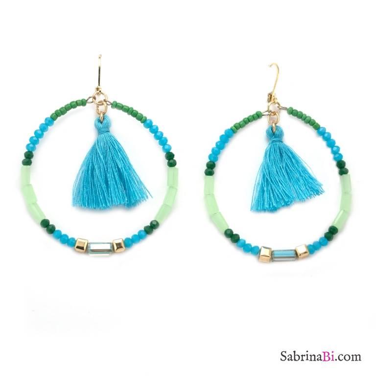 Orecchini a cerchio di perline e cristalli azzurro e verdi con nappine