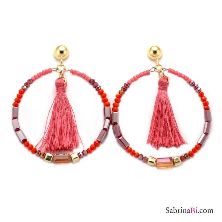 Orecchini a cerchio di perline e cristalli rosa e rossi con nappine