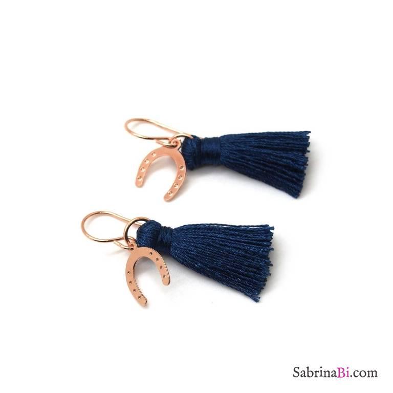 Orecchini pendenti Nappy nappina blu e ferro di cavallo oro rosa