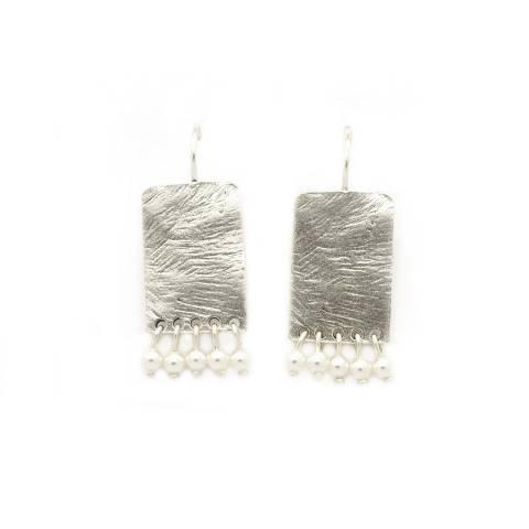 Orecchini pendenti corti placca argento e perline bianche