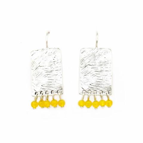Orecchini pendenti corti placca argento e perline gialle