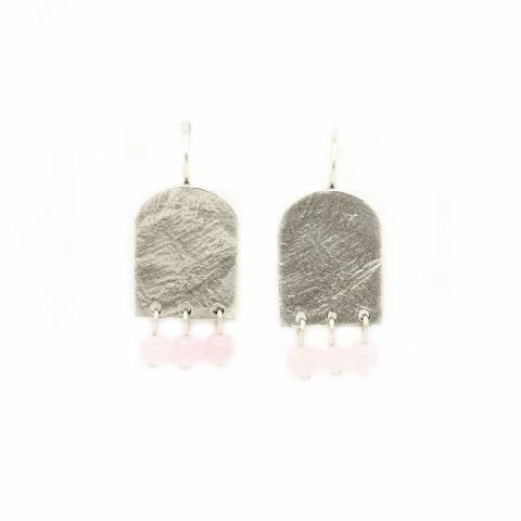 Orecchini pendenti corti placca argento e tre perline rosa