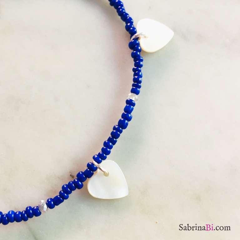 Cavigliera micro perline vetro blu e cuori madreperla