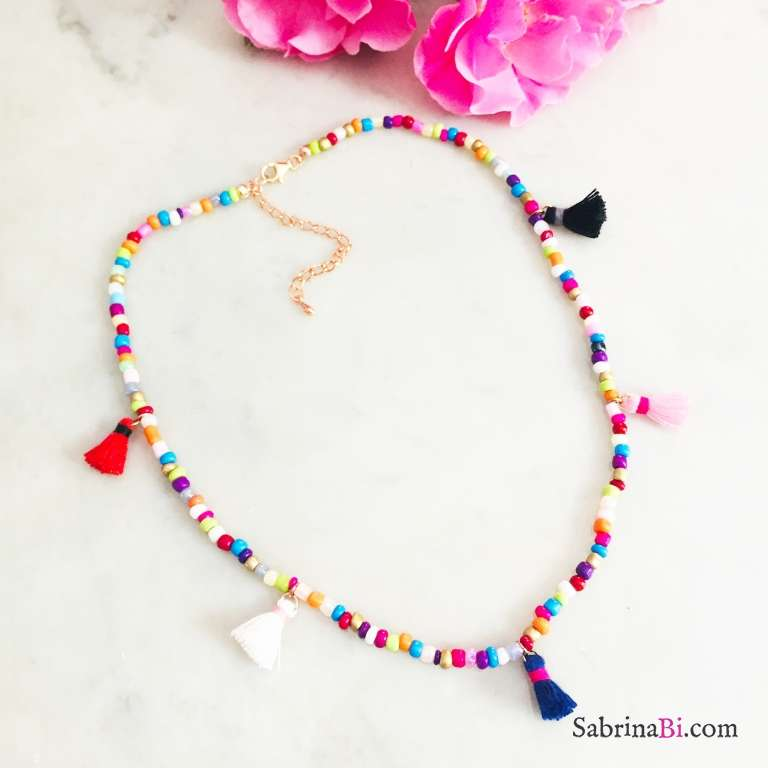 Collana girocollo perle di vetro multicolor e nappine