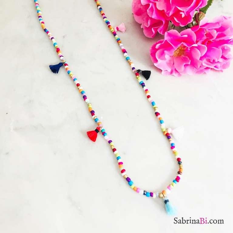 Collana media lunghezza perle di vetro multicolor e nappine