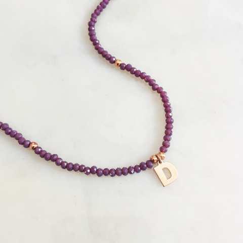 Collana perline pietre dure viola e lettera iniziale nome